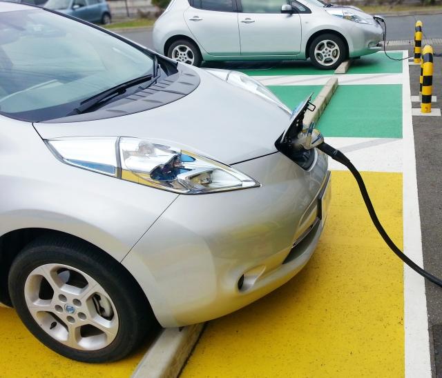 電気自動車 充電中