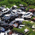 スクラップされた車の山